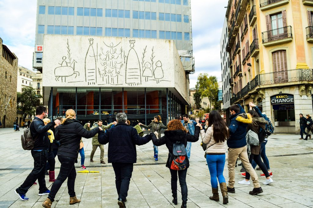 Nhóm người nhảy múa trước khi đi Free Walking Tour ở Plaza Nova, Barcelona. Tháng 1/2020